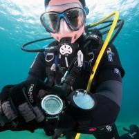 Plongeurs essayant et comparant différents types d'ordinateurs de plongée.
