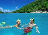 Snorkellers aux Seychelles