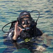 Un plongeur faisant le signe ok