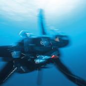 Un plongeur dans le bleu.