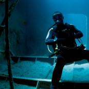 Un plongeur dans une épave