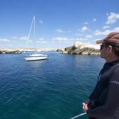 Un voilier au mouillage en Méditerranée