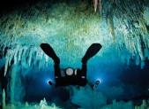 Plongeur dans une grotte
